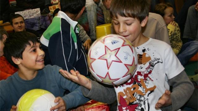 """Vánoční dárek pro děti z dětských domovů můžete """"koupit"""" i na internetu -  ADAM.cz 615387169b"""